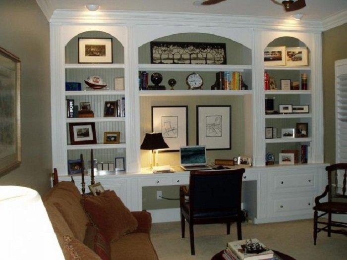 Оригинально оформленное рабочее место в домашних условиях выглядит просто и удобно.