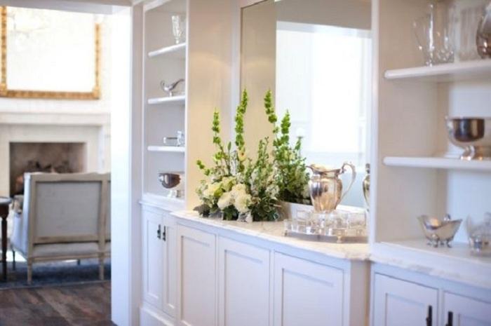 Отличное решение оформить встроенный шкаф, что сэкономит полезную площадь дома.