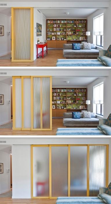 Просто отличный вариант разделить комнаты интересной раздвижной стеной, что украсит и преобразит интерьер.