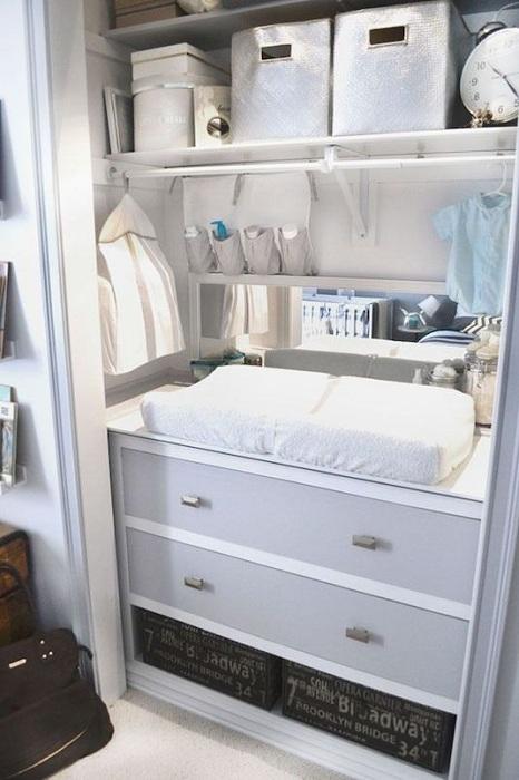 Отличный вариант оформления кладовой, при помощи правильной организации пространства в комнате такого типа.