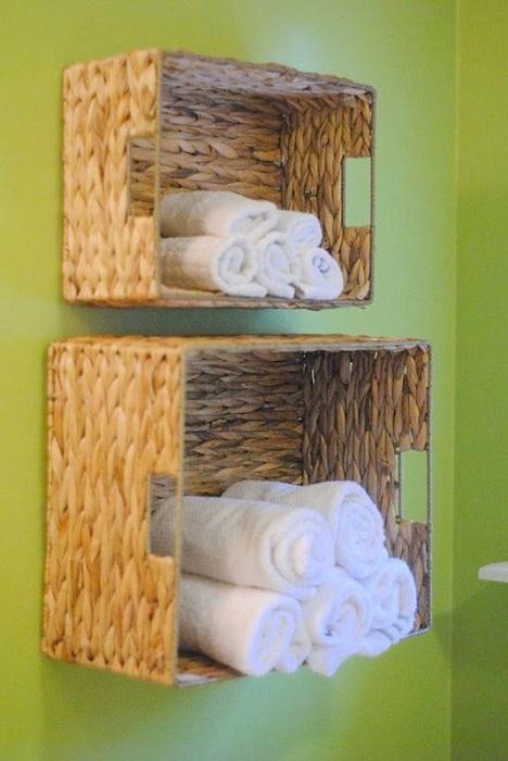 Хороший вариант для хранения полотенец, который создан благодаря обычным плетенным корзинам.
