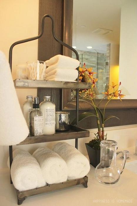 Оформление комнаты со специальным местом для хранения любимых полотенец, что точно оптимизирует пространство.