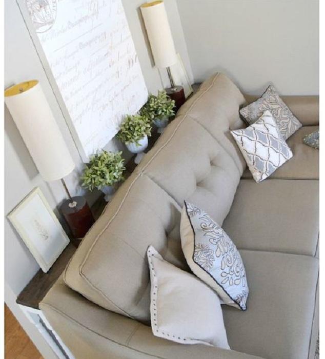 Просто отменный уголок для отдыха с софой и цветами, что освежают интерьер.