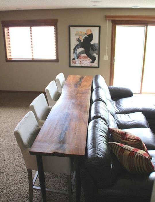 Хороший вариант совместить кресла и стол, что позволит оптимизировать пространство.