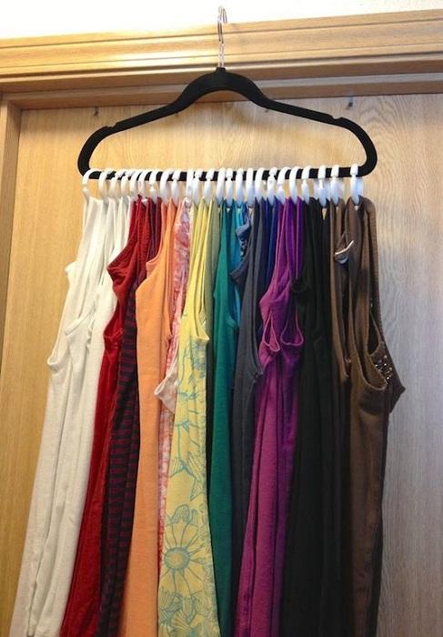 Отличный вариант экономить пространство в шкафу за счет вот такой оригинальной вешалки, которая позволит вместить множество вещей.