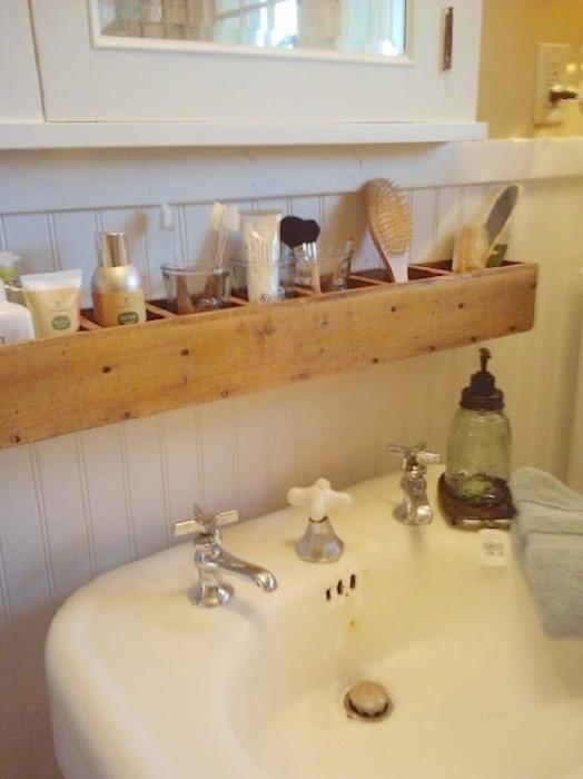 Удобная полочка в деревянном исполнении, которая преобразит интерьер ванной комнаты.