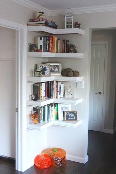 Оформление комнаты при помощи оригинальных угловатых полок, что создадут очень легкую и креативную атмосферу.