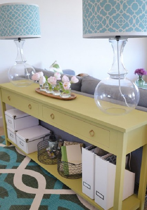 Симпатичное сочетание стола и дивана, то что на самом деле станет самым лучшим вариантом при оформлении комнаты.