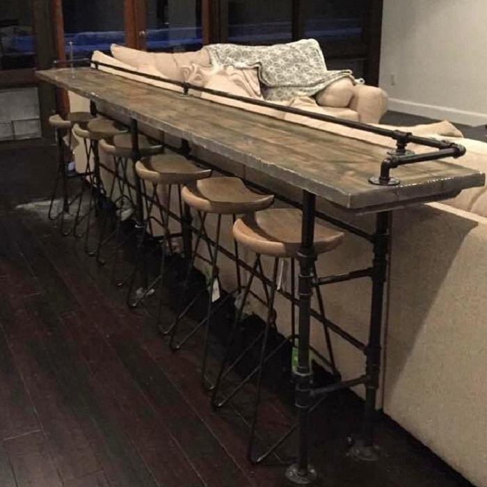 Оформление бара на спинке дивана в промышленном стиле - то что по особенному украсит интерьер.