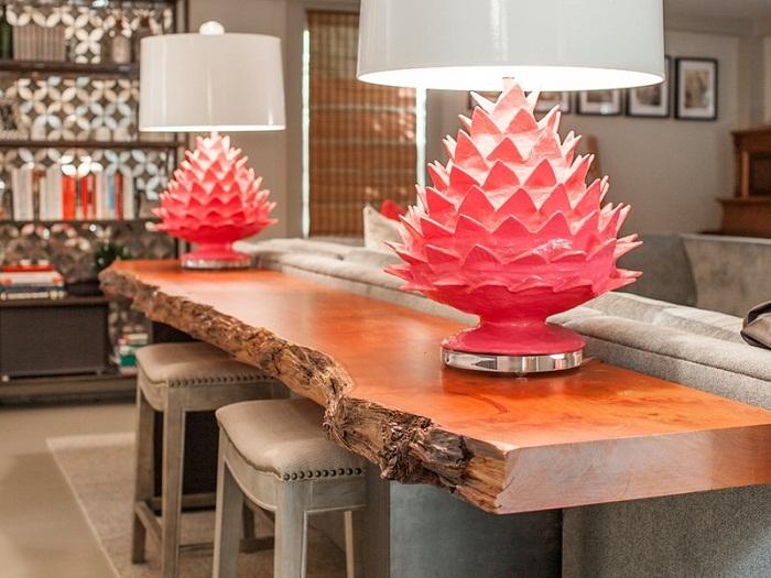 Симпатичный вариант оформления деревянного столика необычной формы станет необыкновенным элементом в декоре.
