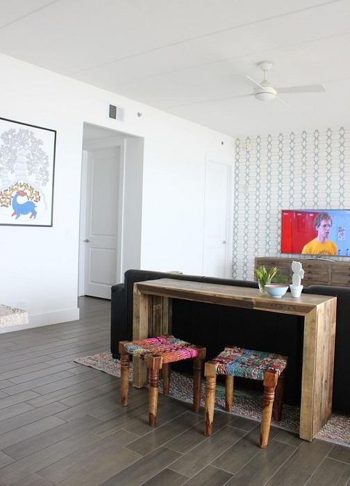 Современный деревянный стол просто призван оптимально и удачно сочетаться с такими яркими и необычными стульями.