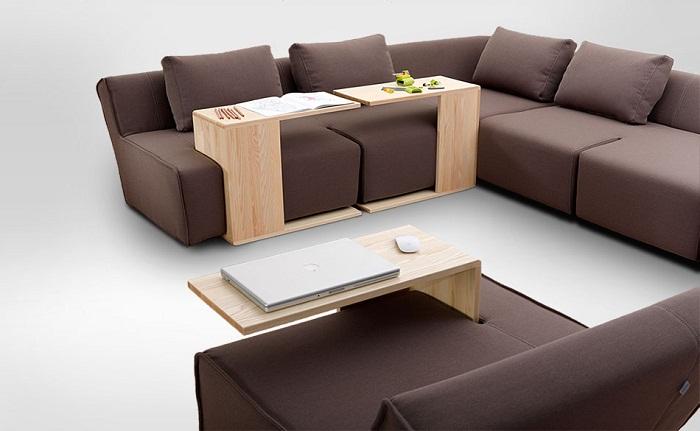 Удачный диван кофейного цвета в сочетании с не менее интересным столиком из дерева.