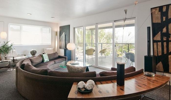 Самое невероятное и пожалуй простое решение для оформления интерьера при помощи нестандартной формы дивана и стола.