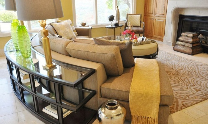 Диван, который разместился полукругом станет просто неотъемлемым элементом в такого типа гостиной.