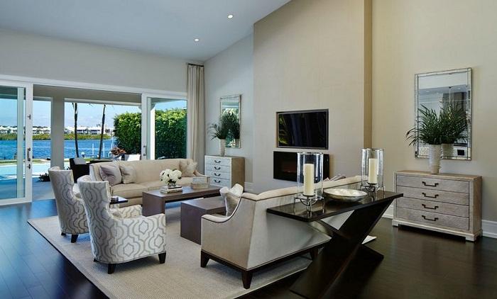 Классический интерьер и отличное сочетание диванов и столешниц - это создаст интересную атмосферу.