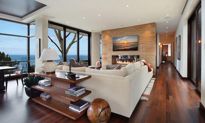 Прекрасные деревянные элементы в оформлении интерьера гостиной с потрясающим видом за окно.