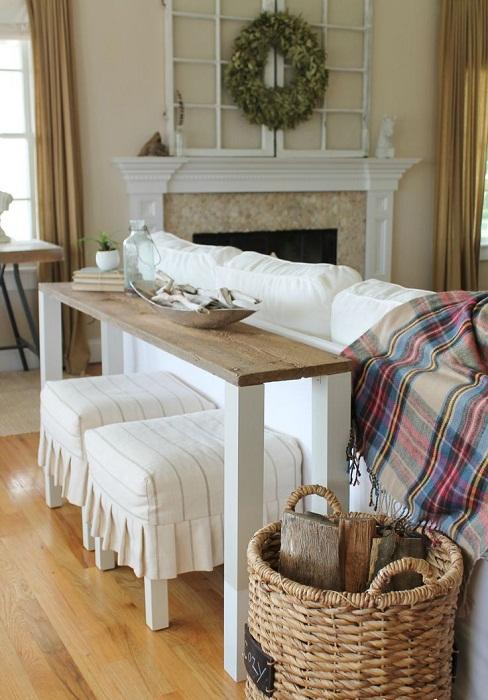 Отличное решение для создания прекрасного и легкого интерьера при помощи светлых тонов и деревянного столика, который расположился рядом.
