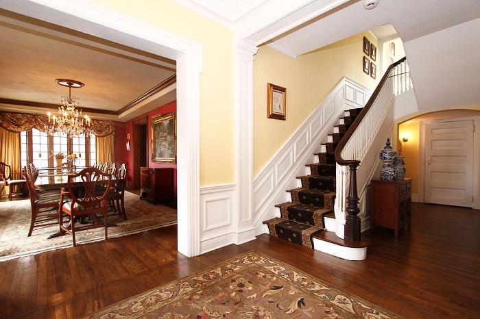 Богатый интерьер дома дополняет деревянная лестница в Средиземноморском стиле.