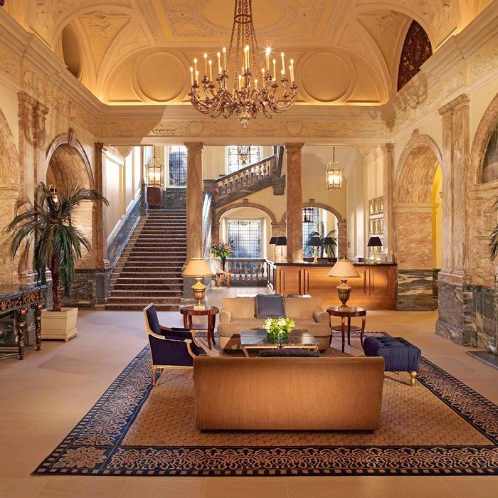 Домашняя обстановка проявляется в симпатичном интерьере дома, который дополнен шикарной лестницей.