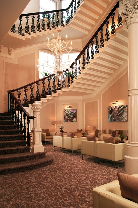 Прекрасный интерьер комнаты с лестницей оформлен в Средиземноморском стиле.