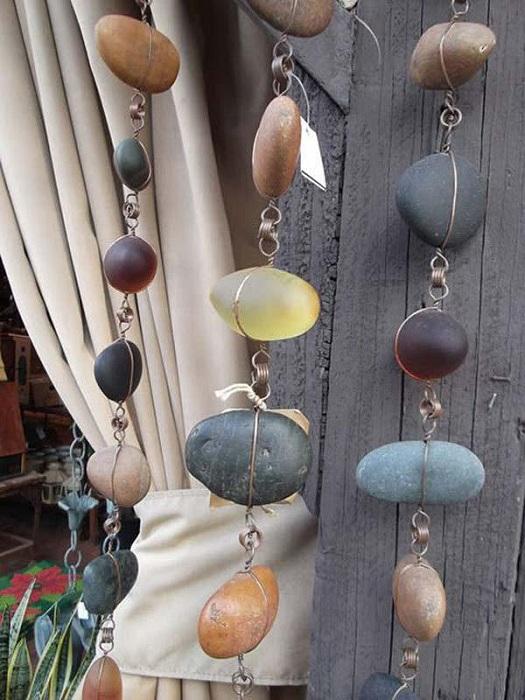 Красивый вариант украсить интерьер дома при помощи интересных украшений из гальки.