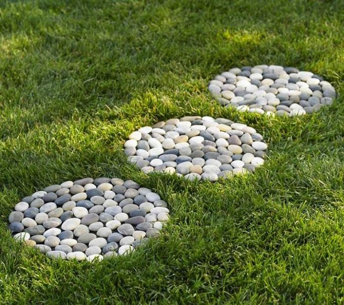 Отличный вариант оформления сада или двора при помощи создания отличной и симпатичной дорожки из гальки.