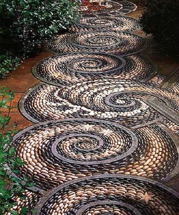 Очень аккуратно и красиво выложенная дорожка, станет просто отличным украшением для двора.