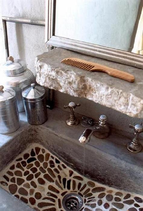Отличный вариант декорировать раковину галькой, то что создаст оригинальную обстановку.