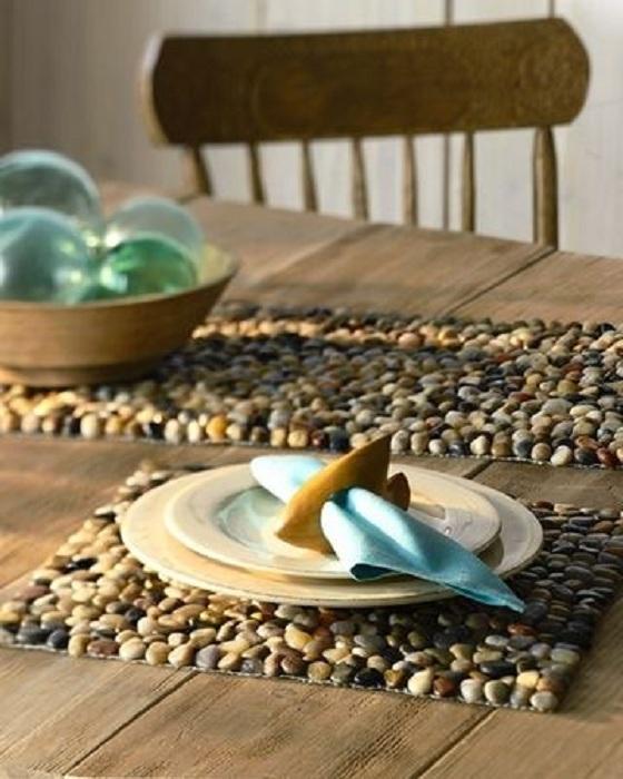 Декорирование стола мелкой галькой, что поможет создать легкую и необычную обстановку в комнате.