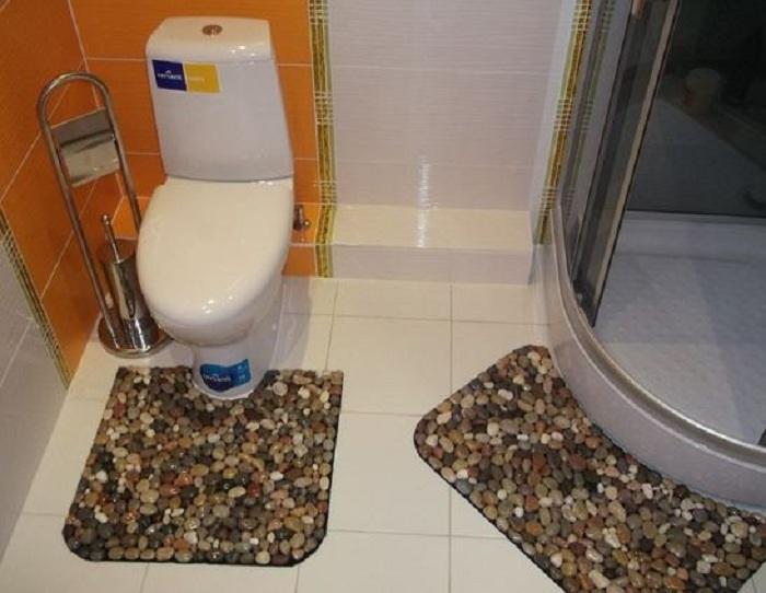 Очень оригинальный декор ванной комнаты при помощи гальки, что станет отличным украшением для дома.