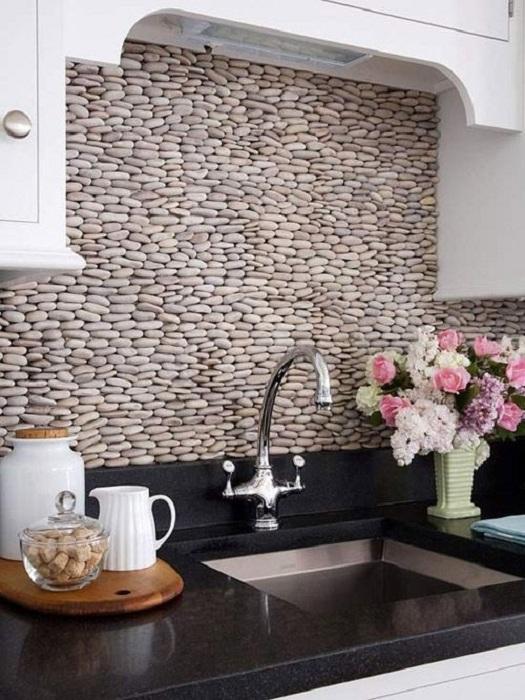 Отличный вариант оформления стены на кухне, что создаст невероятную обстановку и украсит любой интерьер.