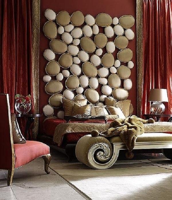 Комната для отдыха облагорожена отличным изголовьем кровати выполненного очень нестандартно.
