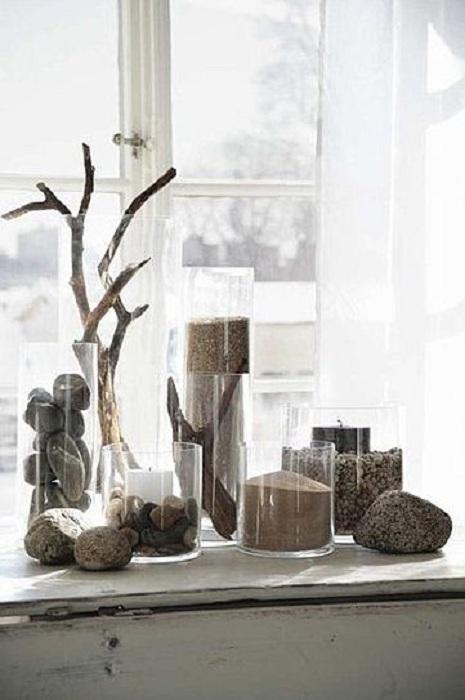 Нестандартным декором может выступить оформление обычных прозрачных банок при помощи камней.