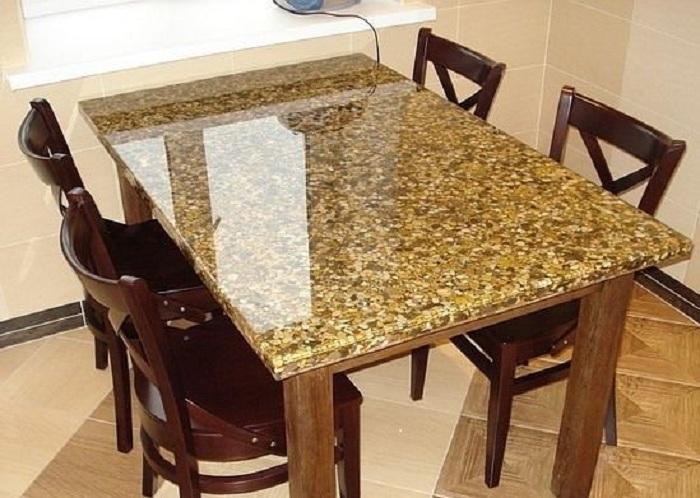 Отменный вариант оформить место для принятия пищи при помощи декорирования обеденного стола при помощи гальки.