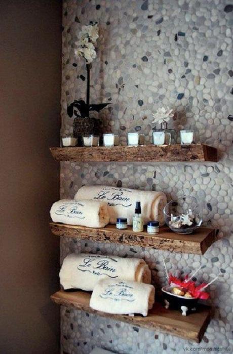 Хороший вариант оформления стены в ванной комнате благодаря гальке, что создаст интересную и уютную атмосферу.