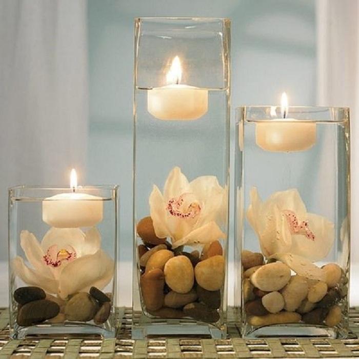 Романтическую обстановку возможно создать благодаря красивым свечам, которые украшены галькой.