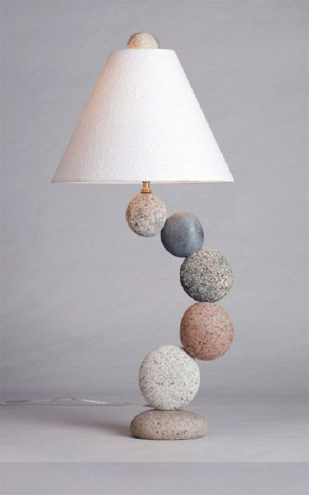 Красивое оформление светильника, который станет украшение для интерьера при помощи необычных камней.