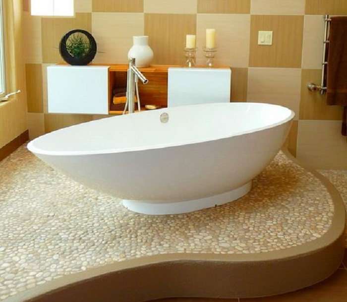 Оригинальное оформление ванной комнаты при помощи украшения пола галькой, что создаст интересную атмосферу и подарит хорошее настроение.