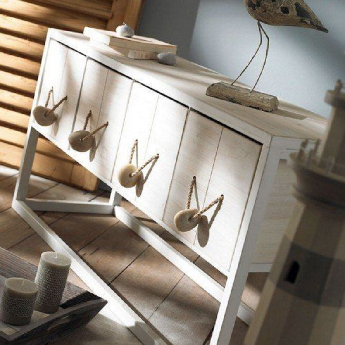 Красивый декорированный шкафчик, который станет просто находкой при оформлении любого интерьера комнаты.