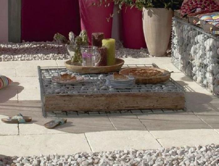 Интересный вариант облагородить двор при помощи создания уютной обстановки созданной благодаря нестандартному мини-столику.
