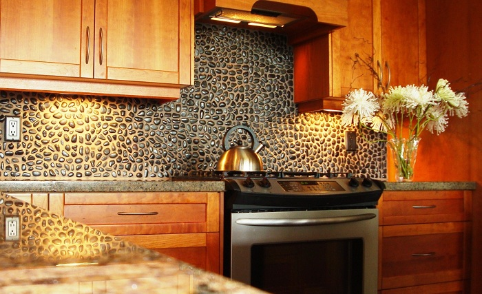 Красивая стена на кухне, что просто и оригинально оформлена при помощи обычной гальки.