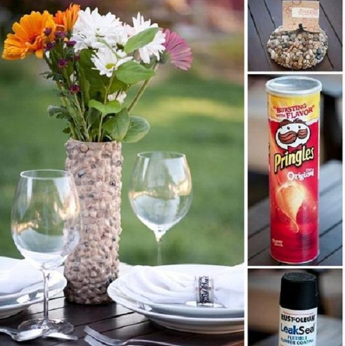 Простой и симпатичный вариант создания собственноручно красивую вазу, которая украшена галькой.