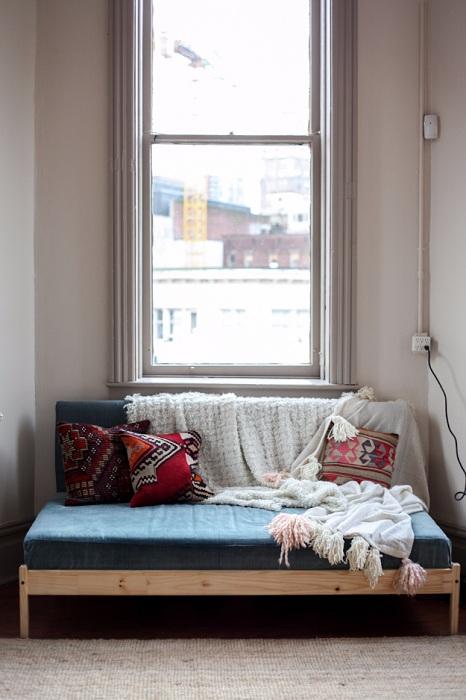 Компактный диванчик, который создан для отдыха, создаст теплую атмосферу в комнате.