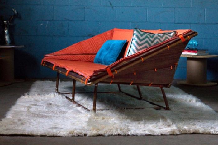 Прекрасный вариант оформления диванчика из труб, что позволит создать невероятную обстановку.