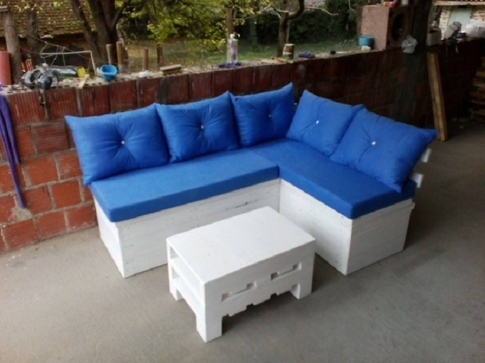 Удачное решение для оформления веранды при помощи очень интересного дивана в ярко-синем цвете.
