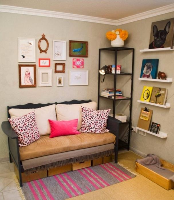 Интересный интерьер с мини-софой, что прост и практичен одновременно.