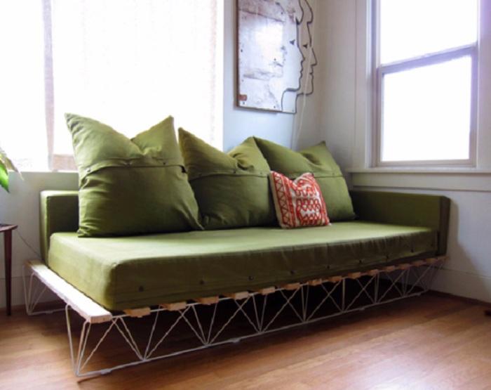 Прекрасный вариант создания интерьера и оформления его при помощи темно-зеленого диванчика.