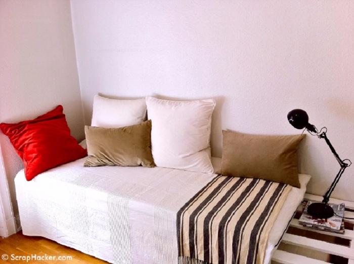 Оформление комнаты при помощи небольшого диванчика, что создал определенное настроение.