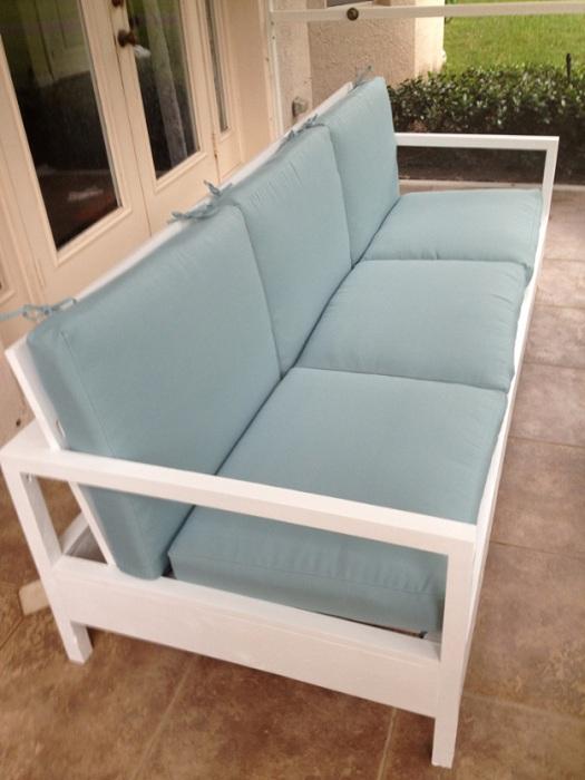 Самое лучшее место для отдыха, маленький и комфортный мини-диванчик пастельных тонов.