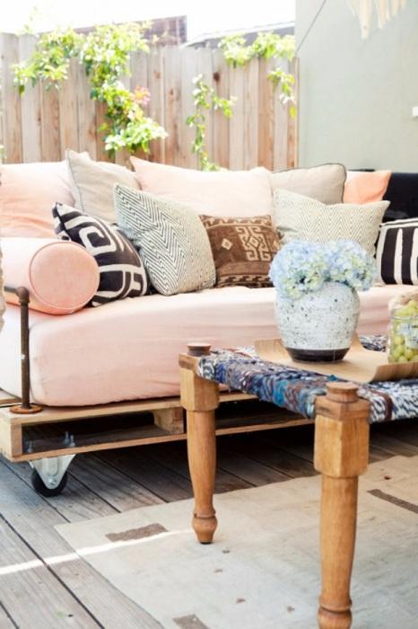 Оригинальное решение создать диванчик на поддоне еще и на колесах, что может быть еще интересней и прекрасней.